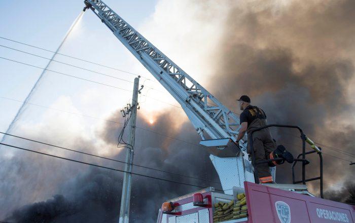 Bomberos estiman en 24 horas el tiempo para apagar incendio en Guánica