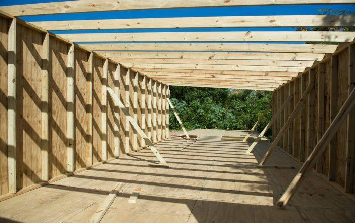 Contingente de obreros construye viviendas para damnificados de Guayanilla