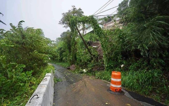 Cierran tramo vehicular en Guayama por deslizamiento