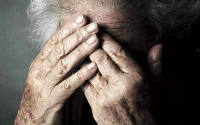 Hombre agrede a su madre de 76 años