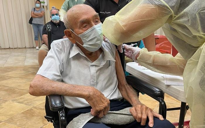 Vacunan contra el Covid a hombre de 105 años