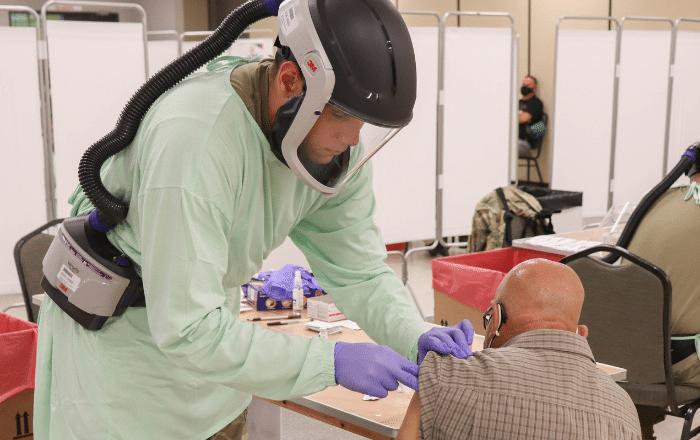 Guardia Nacional recibe equipo protector para vacunar contra el COVID-19