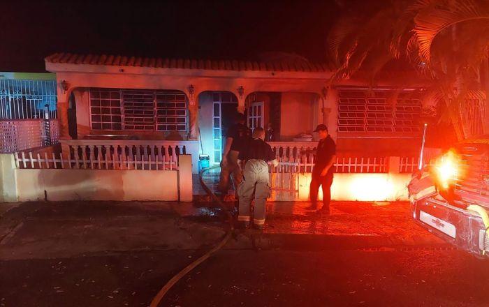 Incendio destruye mobiliario de vivienda en Ponce