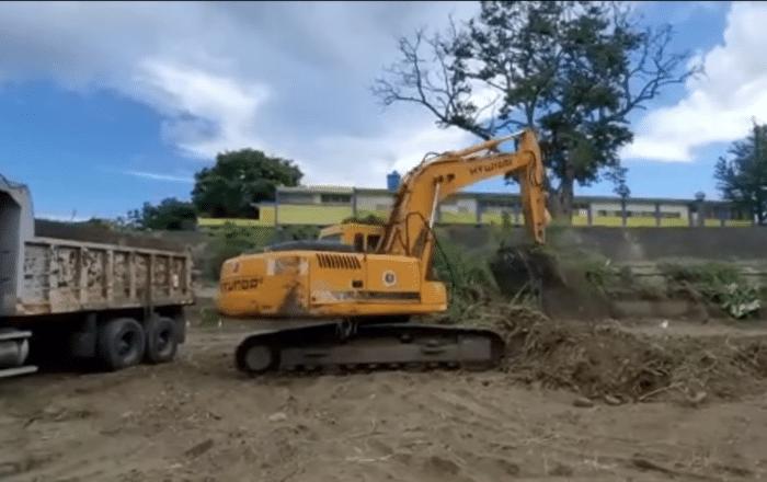 Limpian el cauce del río Guayanilla