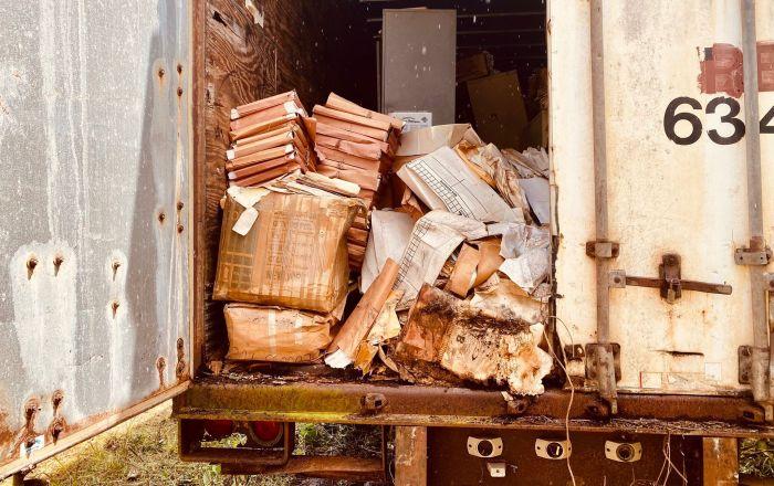 Rescatan documentos de 1874 abandonados en contenedores