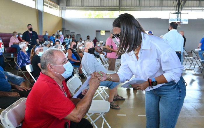 Reparten 500 tarjetas con $120 a adultos mayores de Yauco y Guayanilla
