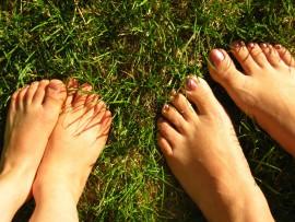 Especialistas recomendam andar descalço, saiba porquê. Energias da Terra