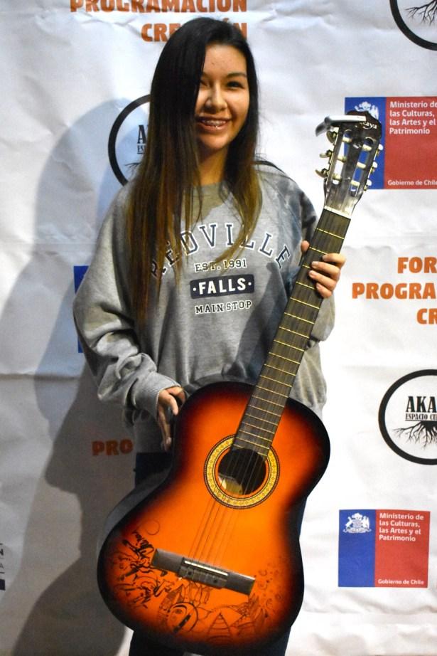 Frangó Peralta con su guitarra autografiada por Chinoy