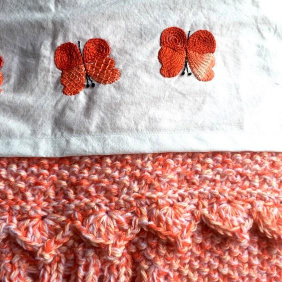Manta de bebé y mariposas bordadas