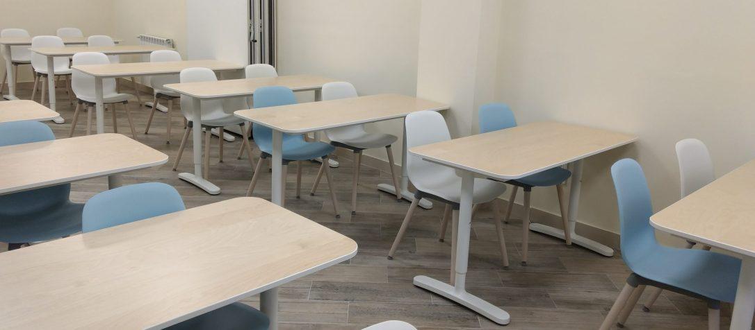 Sillas y mesas en aula de formación en Madrid