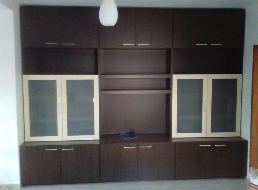 modular para tv con biblioteca en melamínico wengue y almendra con puertas con vidrio opacid