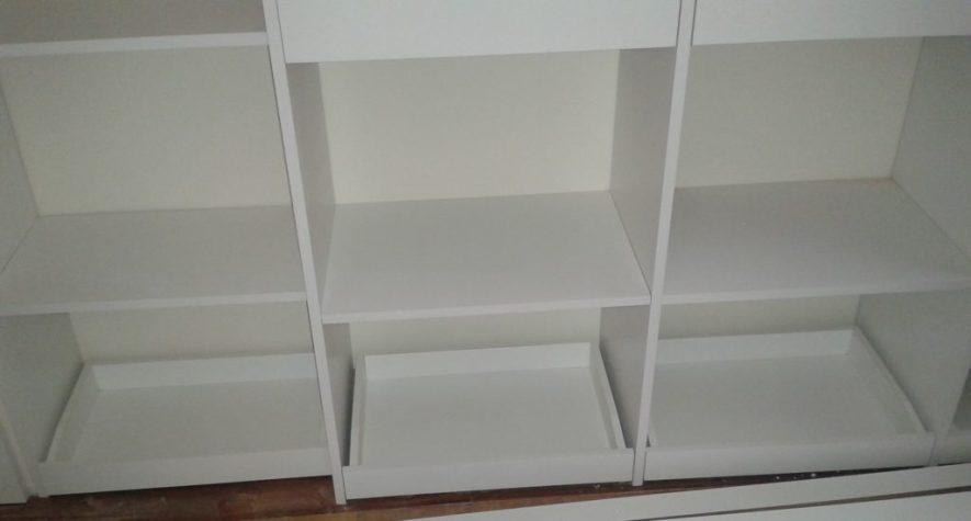 vestidor blanco con estantes, cajones, percheros y bandejas para zapatos
