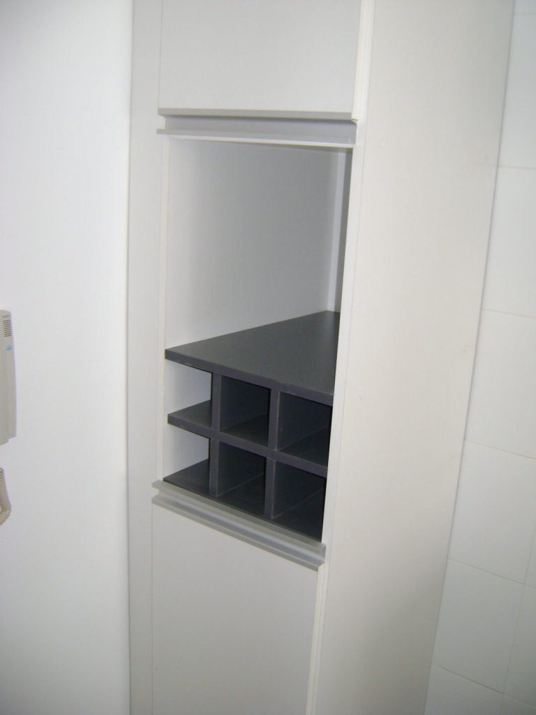 muebles de cocina blanco y grafito, detalle de botellero gris grafito