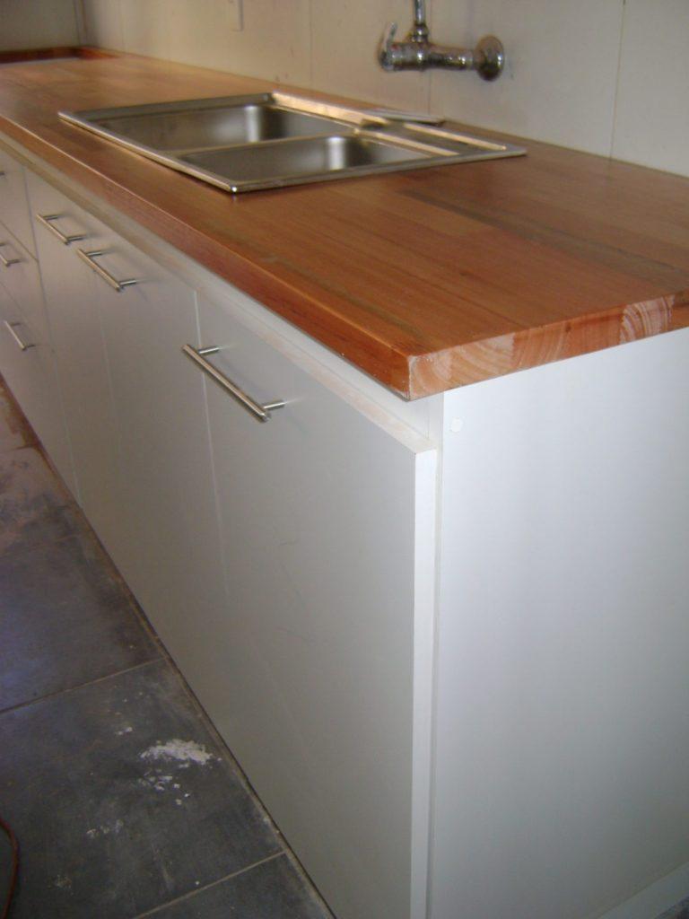 muebles melamínico blanco, tiradores barrita de aluminio, mesada de finger joint con lustre hidrorepelente
