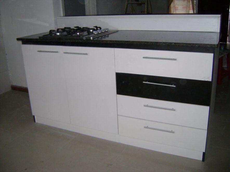 vista de la barra desde la cocina, con cajonera y puertas