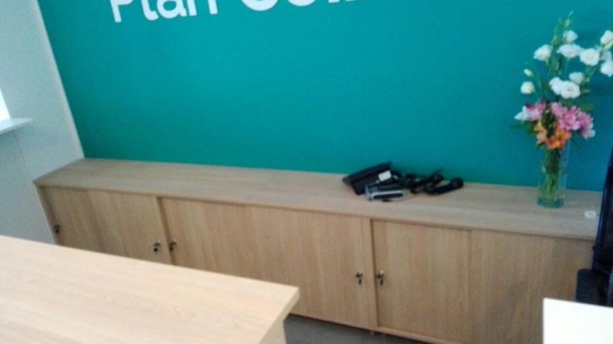 mueble largo con puertas corredizas en recepción de plan ceibal latu