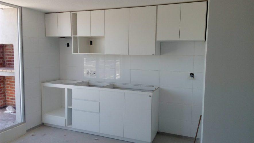 muebles de cocina melamínico blanco con nicho para horno de empotrar