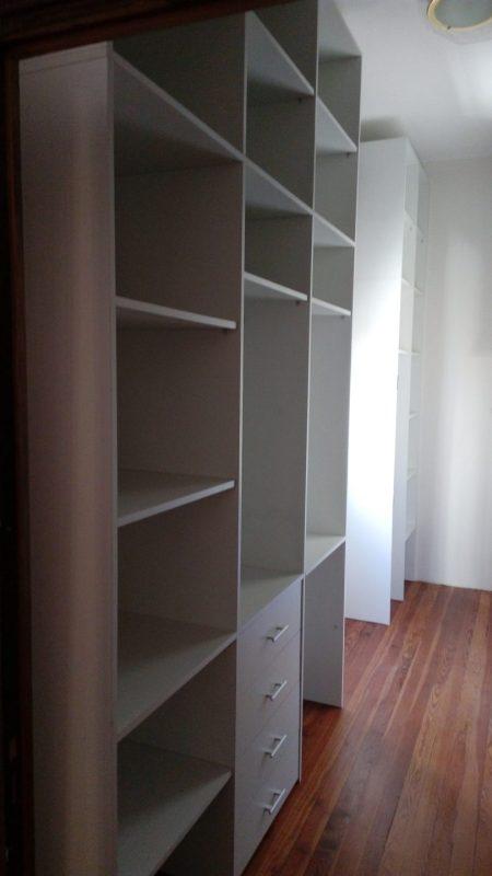 estantes y percheros en vestidor