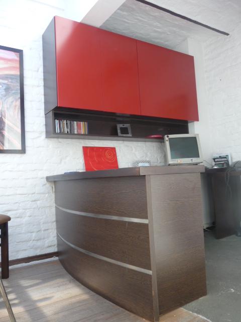 escritorio curvo melamínico wengue con aluminio