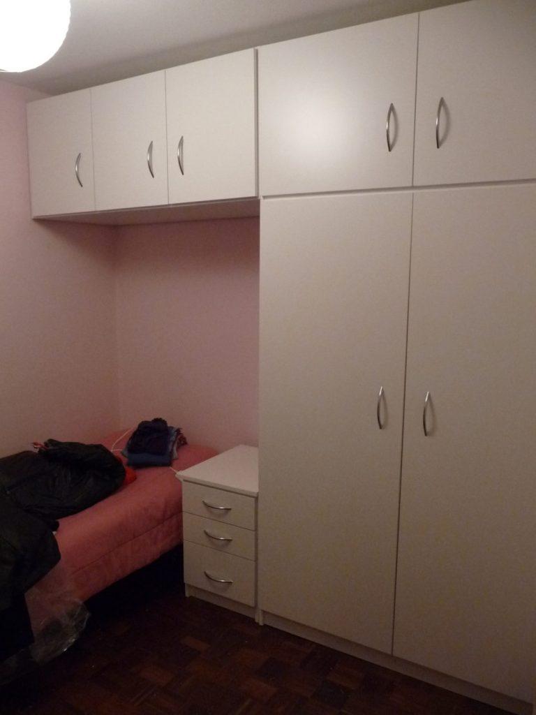 mueble placard y mesa de luz en pared de cama