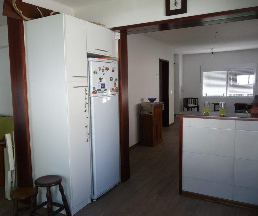 vista de mueble escobero, mueble sobre heladera y barra y marcos en cedro con lustre P.U.