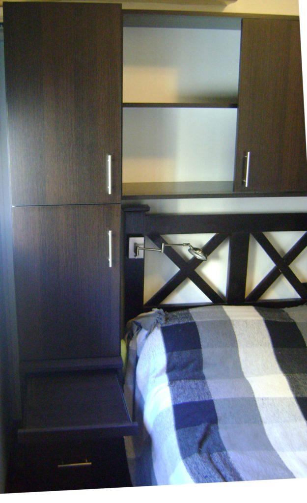 mueble sobre cama con estantes y cajones