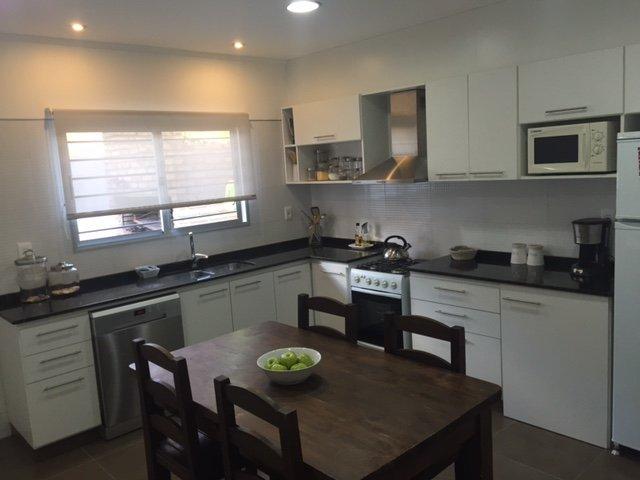 muebles de cocina con puertas batientes, proyectantes, nicho para micro y espacios abiertos