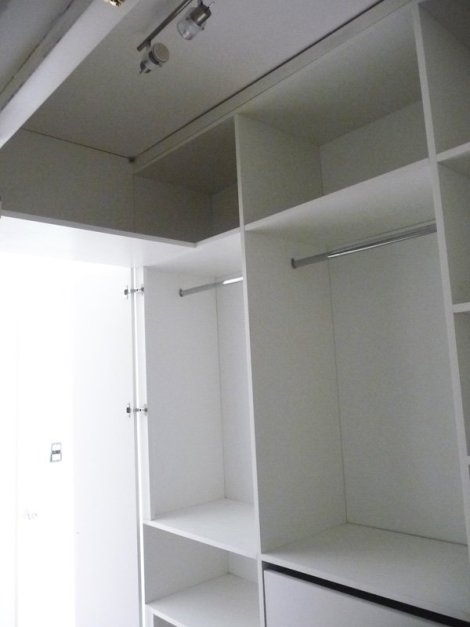 vestidor blanco con barrotes oval cromado