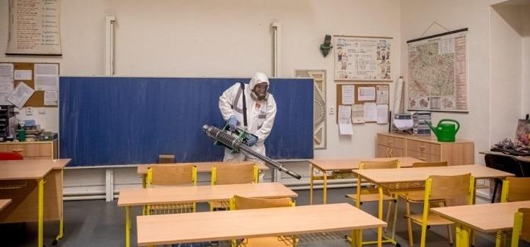 desinfectando escuelas