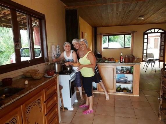 Leila, Rosilma, Paulo preparando jantar