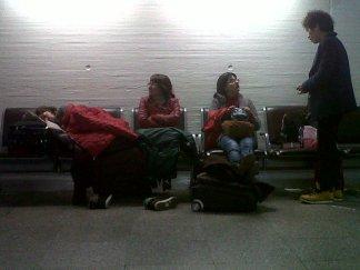 """Panorámica: la jermu durmiendo como un angelito y por eso """"¡shh, hablen bajito!"""". Y en este mismo momento, el coreano que llevaba como 16 horas en el aeropuerto y le quedaban otras tantas, JURO POR MI VIDA que le está pidiendo base!!!"""