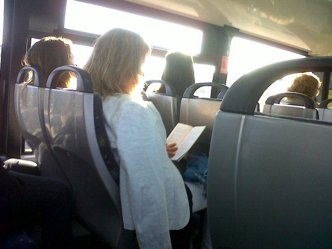 Un desafío leer en el bus a Madrid: riesgo de mareo!!!