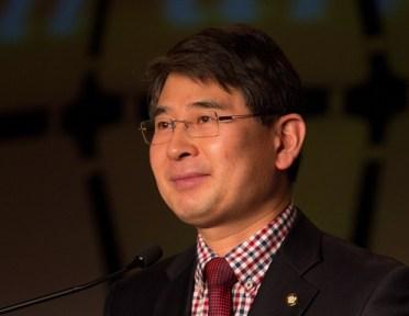El Distinguido Parlamentario de Corea del Sur durante su discurso en La Convención Global para la Paz, Atlanta,Georgia, 2012