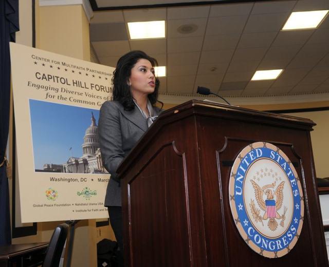 Dra. Rosa Djalal, Presidente de la Asociación de  Mujeres Musulmanas en EEUU dirigiéndose al Foro de Lideres Interreligiosos en el Capitolio de EEUU. Crédito (todas las fotos): Peter Holden.
