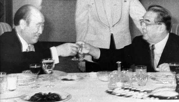 El Rev. Sun Myun Moon (Izquierda) se reunió con el fundador de Corea del Norte Kim Il Sung (Derecha) en diciembre de 1991. Este fue un evento pionero para las relaciones entre Corea del Norte y Corea del Sur. (Crédito AP foto/Yonhap)