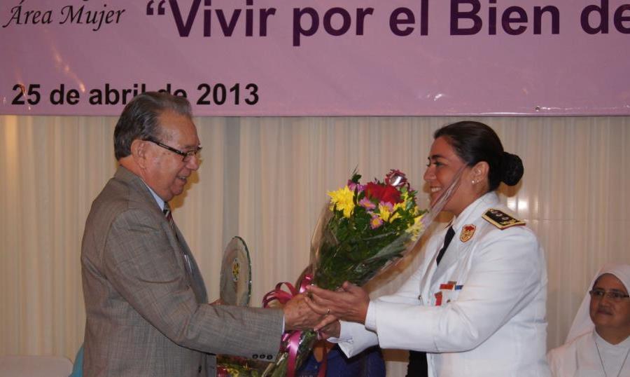 """La Comisaria de la Policia Paraguaya Elisa Ledesma de Duarte recibiendo el Premio """"Vivir por el Bien de los Demás"""""""
