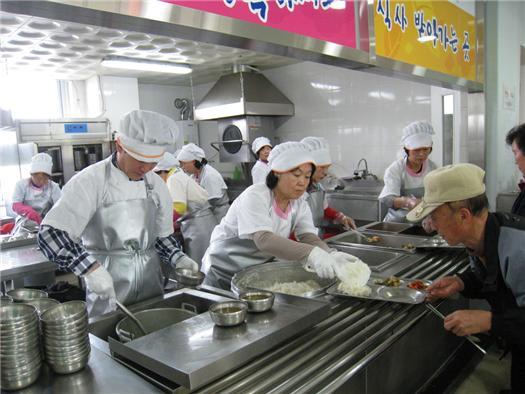 Voluntarios del Capitulo Taegu, FPG Corea, se conectan con la tercera edad a través del servicio.