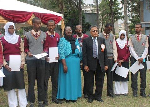 Dr. Manu Chandaria (centro) con algunos de los mejores estudiantes de la escuela.