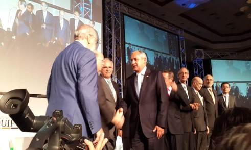 Presidente de Guatemala, Otto Perez Molina, saludando a los expresidentes en la Plenaria de Apertura.