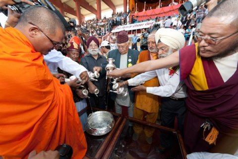 Líderes religiosos participan en la ceremonia del agua durante el Global Peace Festival en Nepal