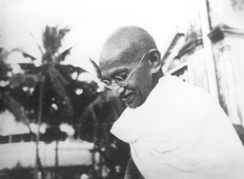 Gandhi, referido reverentemente como Mahatma, uso la protesta no-violenta como un medio para ganar la Independencia de India en los 1940's.