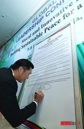 Dr. Hyun Jin Moon Fundador y Presidente Internacional de Global Peace Foundation firmando la Declaración de Abuya (Crédito de foto: NewsIs)