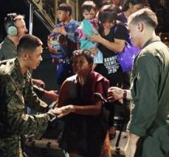 Miembros de la Marina Estadounidense ayudando como socorristas en Filipinas