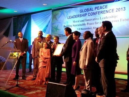 Dr. Manu Chandaria hace entrega del Certificado de Reconocimiento de las Naciones Unidas al Dr. Hyun Jin Moon