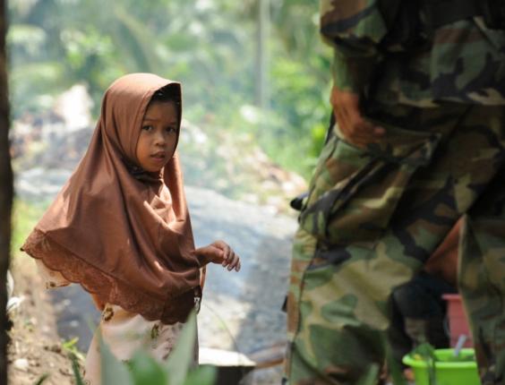 (Crédito: Guy Oliver/IRIN) Una niña en el Campamento Salahuddin, una aldea de pescadores en el distrito Tarragona de la Provincia Oriental de Davao en la Isla Filipina de Mindanao.