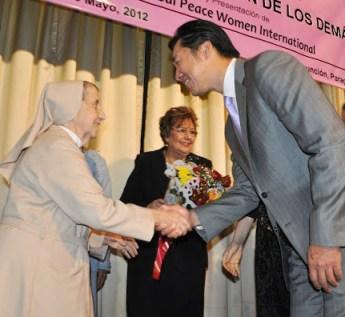 """Dr. Hyun Jin Moon, Presidente de la Fundación Paz Global y la Madre Candelas Camarero, galardonada al Premio """"Vivir por el Bien de los Demás"""" en Asunción, Paraguay."""