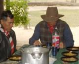 El Dr. Hyun Jin Moon pronuncia una plegaria antes del almuerzo en la ciudad de Maria Auxiliadora en Alto Paraguay junto a la via del arreo del ganado.