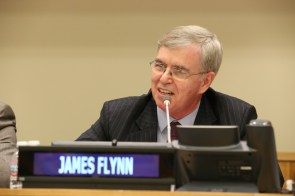 James Flynn, Presidente Internacional de la Fundación Paz Global se dirige a más de 500 líderes en la Asamblea Internacional de Jóvenes Líderes en la Organización de las Naciones Unidas.