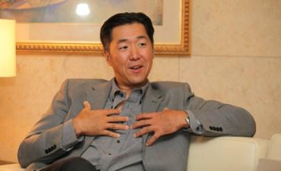 El Dr. Hyun Jin Moon, Fundador de la Fundación Paz Global habla durante una entrevista el sábado. (Foto: Cortesía de Fundación Paz Global)