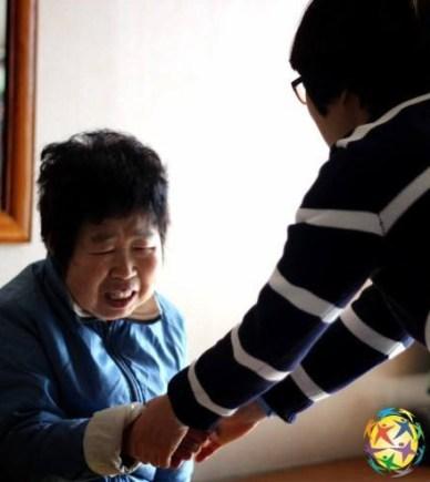 La Fundación Paz Global Corea envía regularmente voluntarios para socializar y alimentar la tercera edad. La situación de la población de tercera edad en Corea esta sujeta a muchas críticas sociales.